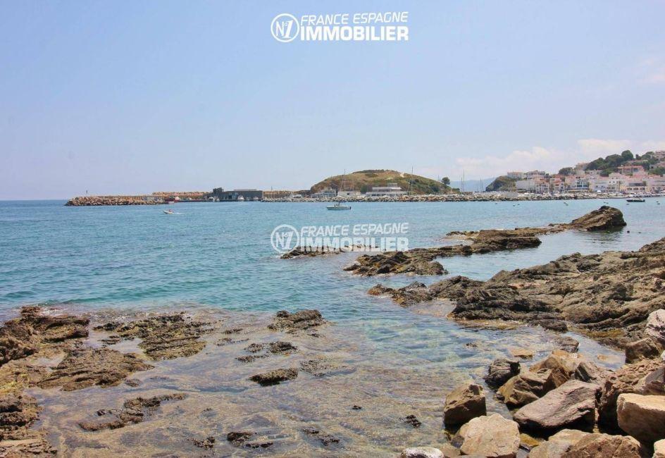 vue magnifique de la mer et du port de plaisance à proximité