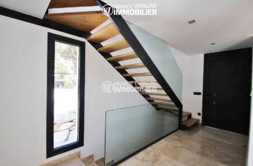 costa brava immobilier: villa ref.3269, vue sur l'escalier, la porte et le hall d'entrée