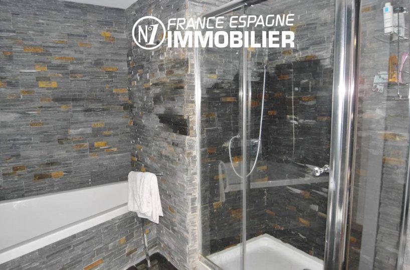 acheter maison costa brava, ref.312, salle de bains avec baignoire et cabine de douche