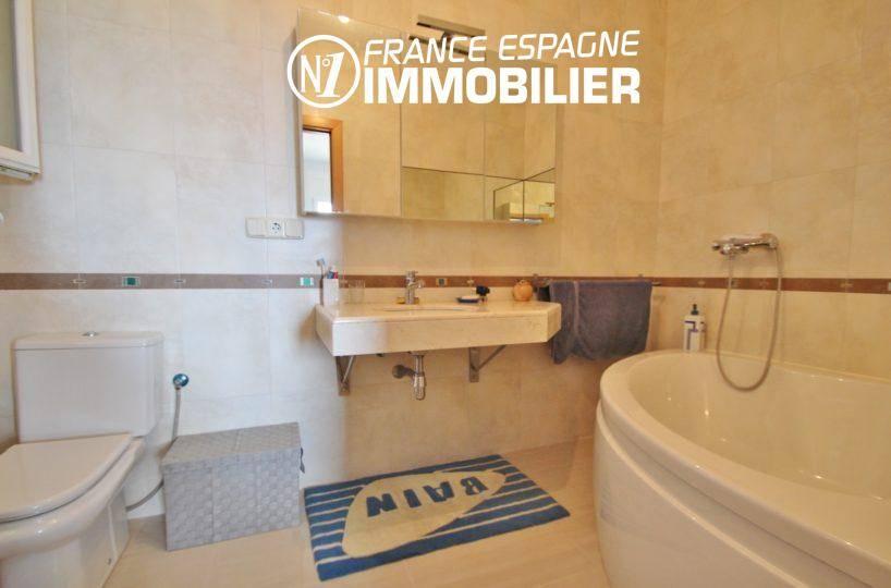 salle de bains avec baignoire, lavabo et wc