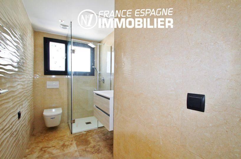 achat costa brava: villa ref.3268, salle d'eau avec douche, meuble vasque et wc