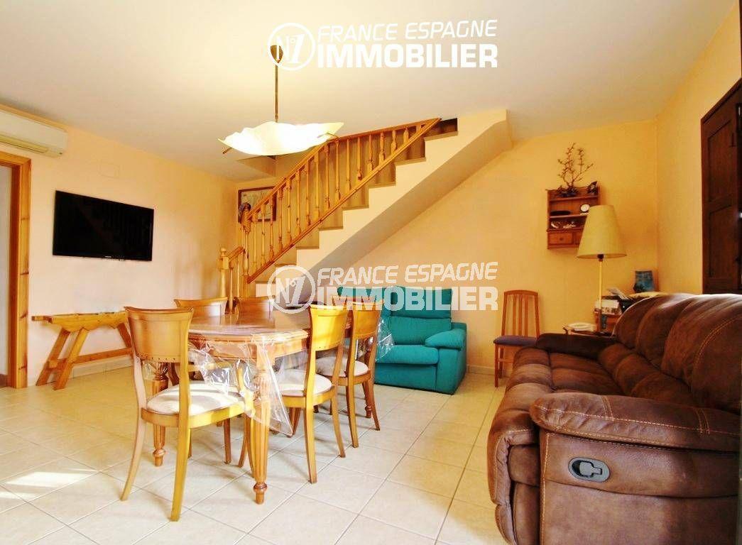 roses espagne: villa ref.2772, salon / séjour avec escalier + carrelage au sol