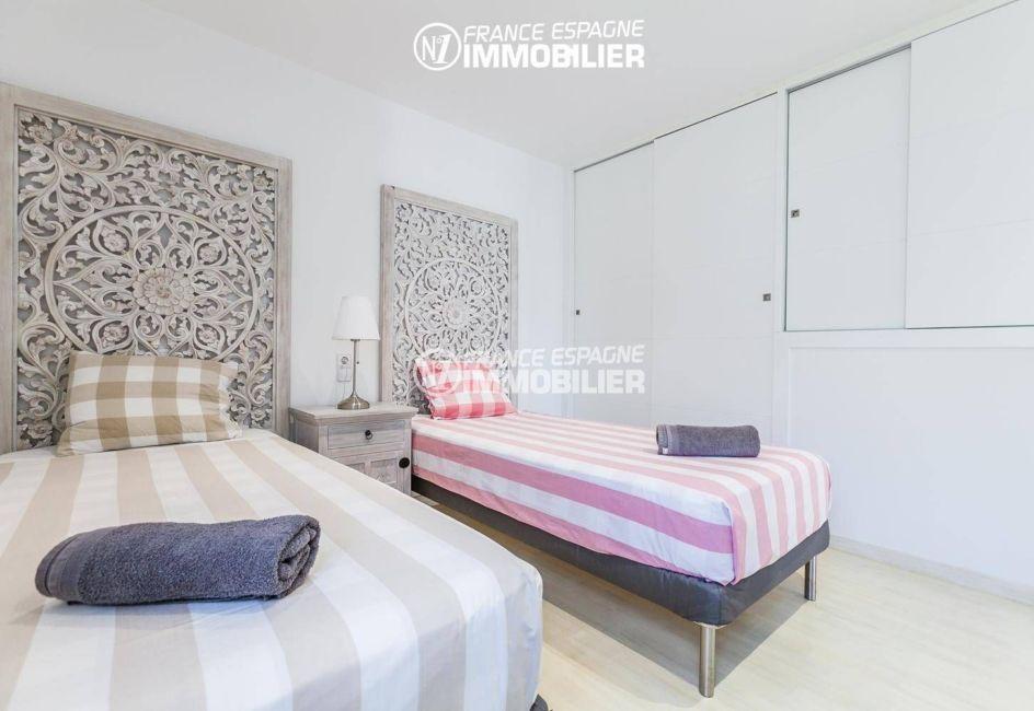 agence immobiliere francaise empuriabrava: villa ref.3305, seconde chambre double avec grands placards intégrés