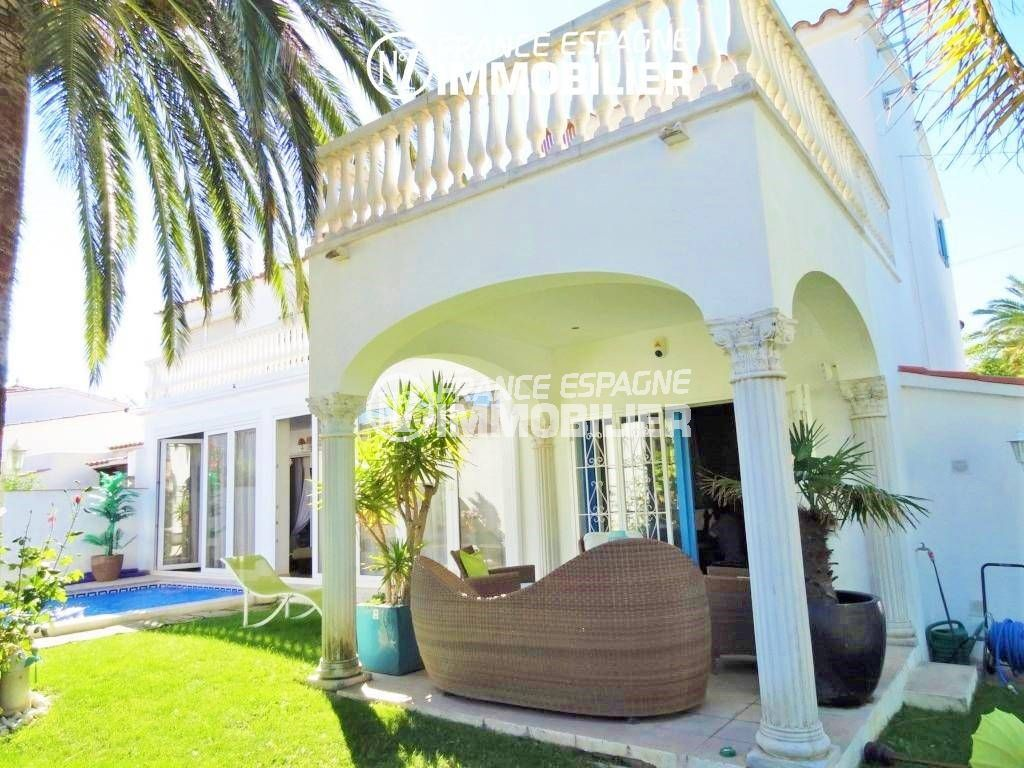 agence immobilière empuriabrava: villa 200 m², terrasse à l'étage et terrasse semi couverte en bas