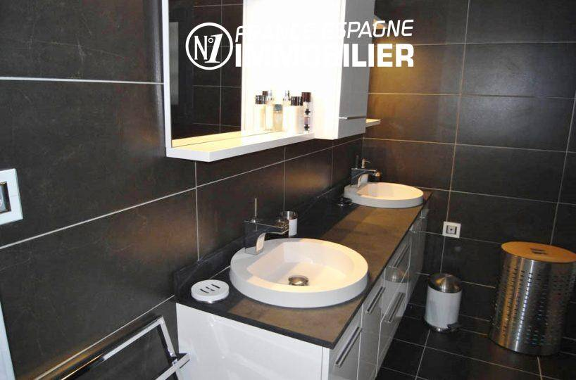 santa margarida: villa ref.312, salle d'eau avec meuble double vasques et rangements