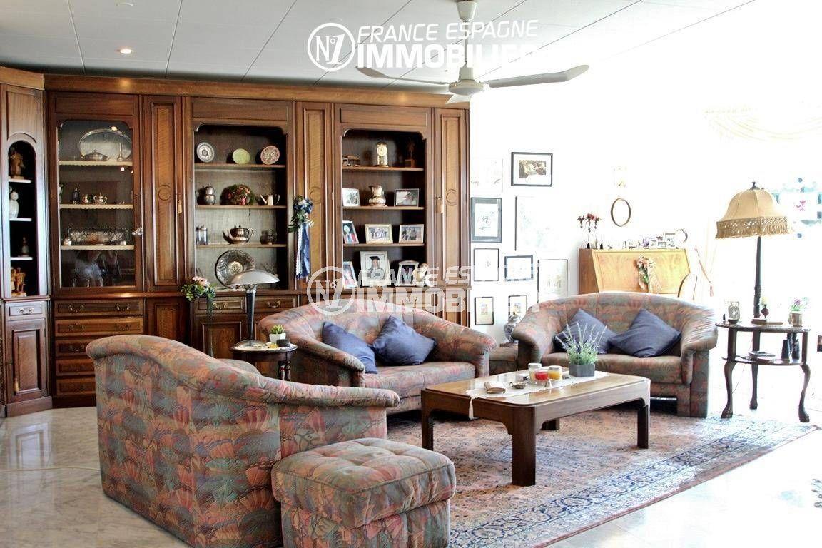 agence rosas: villa ref.2606, très grand salon avec de nombreux meubles de rangements