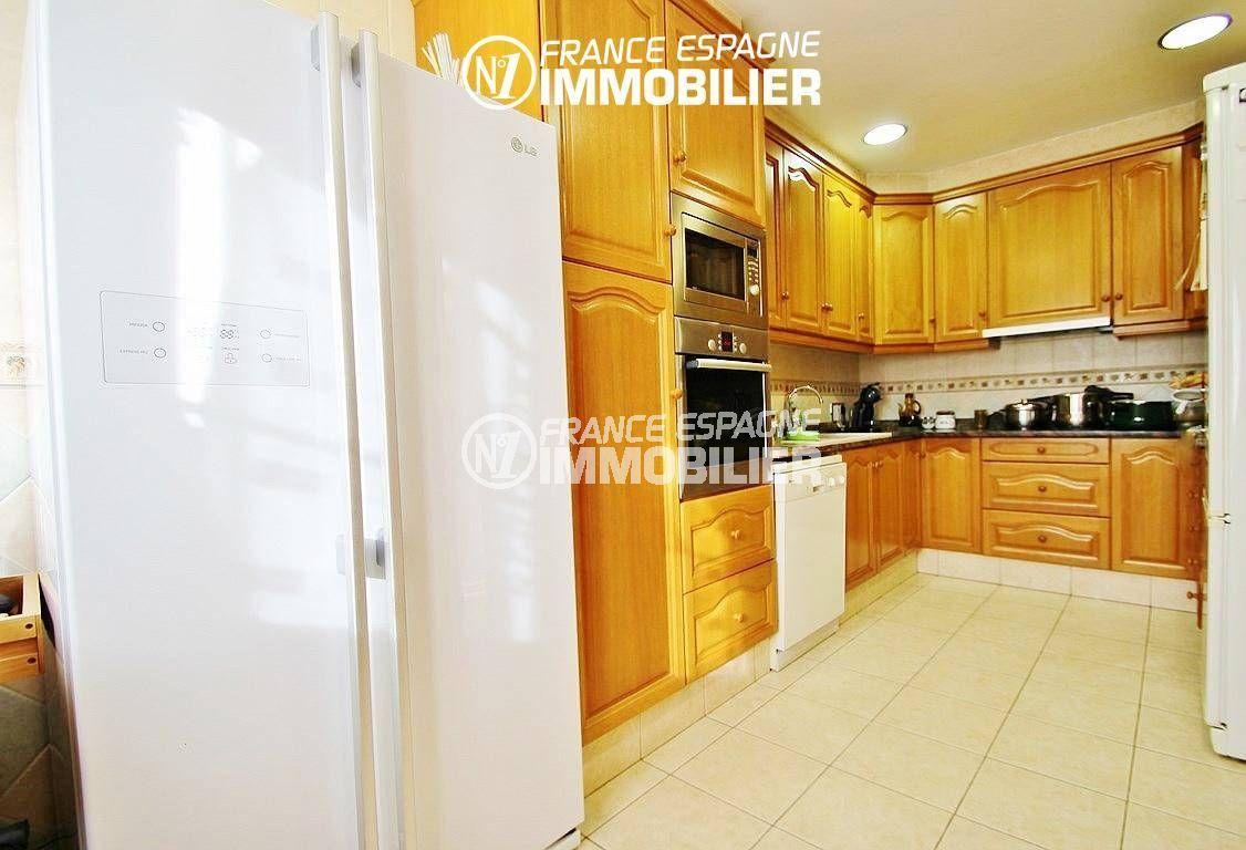 roses immobilier: villa ref.2772, cuisine américaine séparée et fonctionnelle