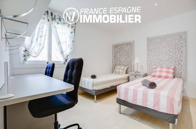empuriabrava immobilier: villa ref.3305, aperçu chambre double avec son bureau et fenêtre
