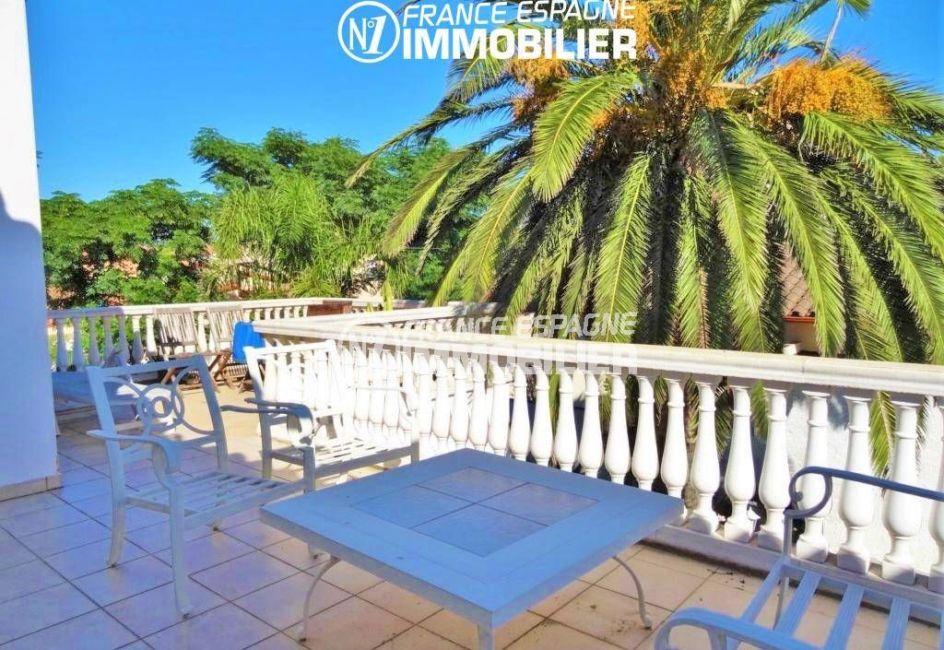 immobilier ampuriabrava: villa 200 m², grande terrasse à l'étage avec coin détente aménagé