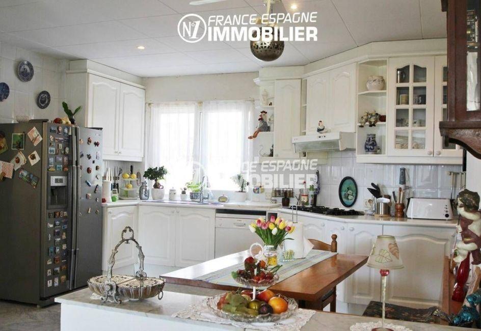 maison costa brava, ref.2606, cuisine américaine fonctionnelle et équipée avec coin repas