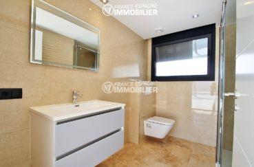 achat costa brava: villa ref.3269, salle d'eau avec cabine de douche, vasque et toilettes