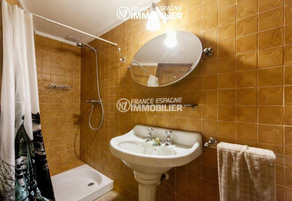 maison à vendre en espagne costa brava, ref.3306, salle d'eau avec douche et lavabo