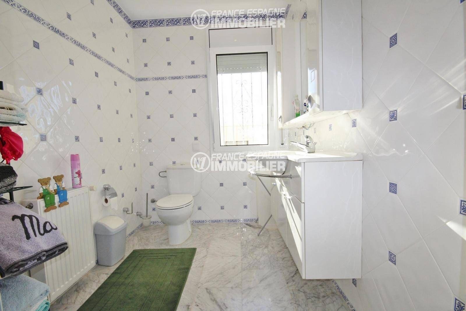 immocenter roses: villa ref.3326, troisième salle d'eau & toilettes