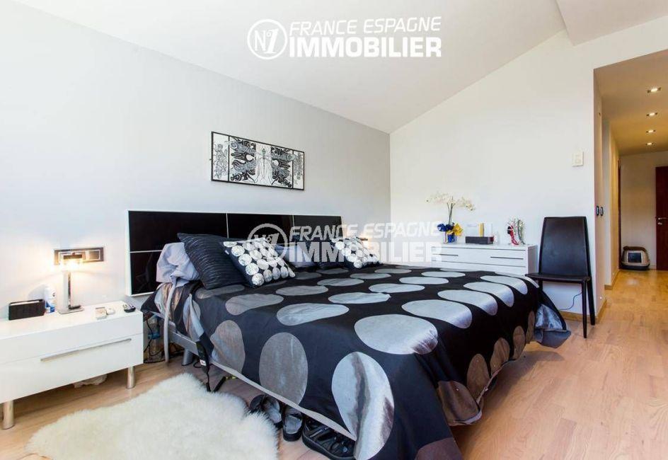 immocenter roses: villa ref.3220, troisième chambre, lit double avec rangements