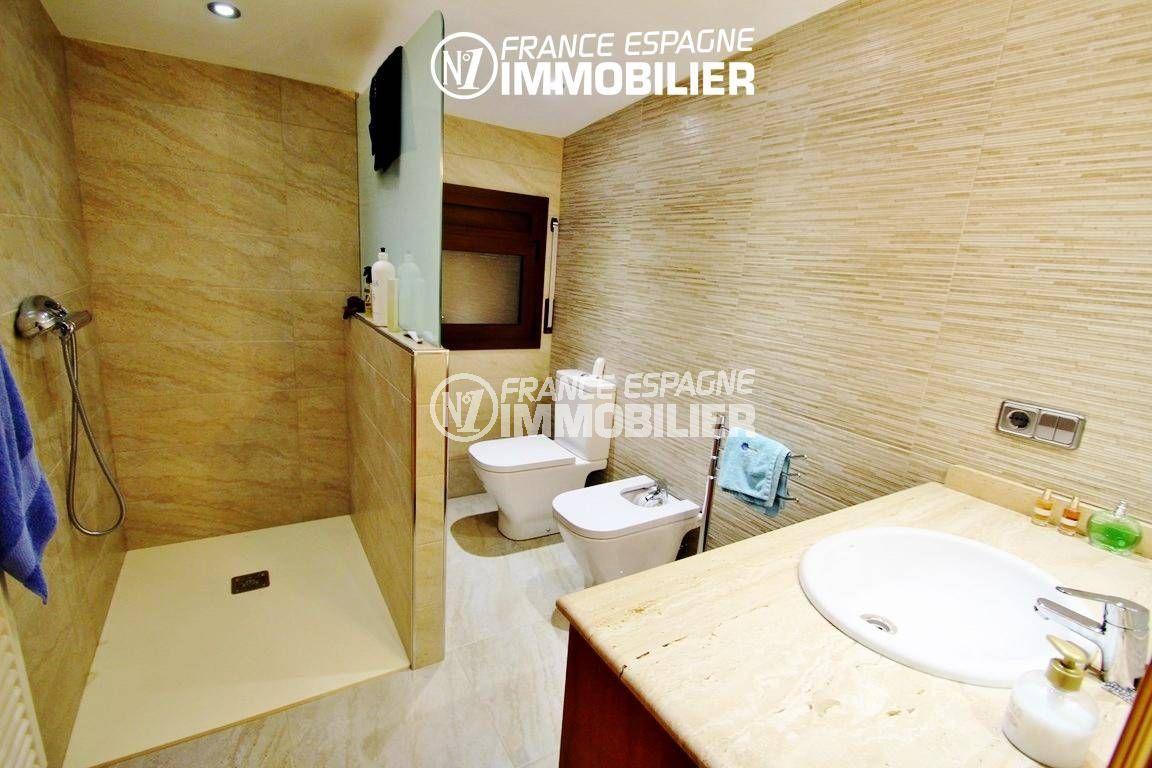 vente immobiliere rosas espagne: villa ref.2772, salle d'eau avec douche, vasque, wc