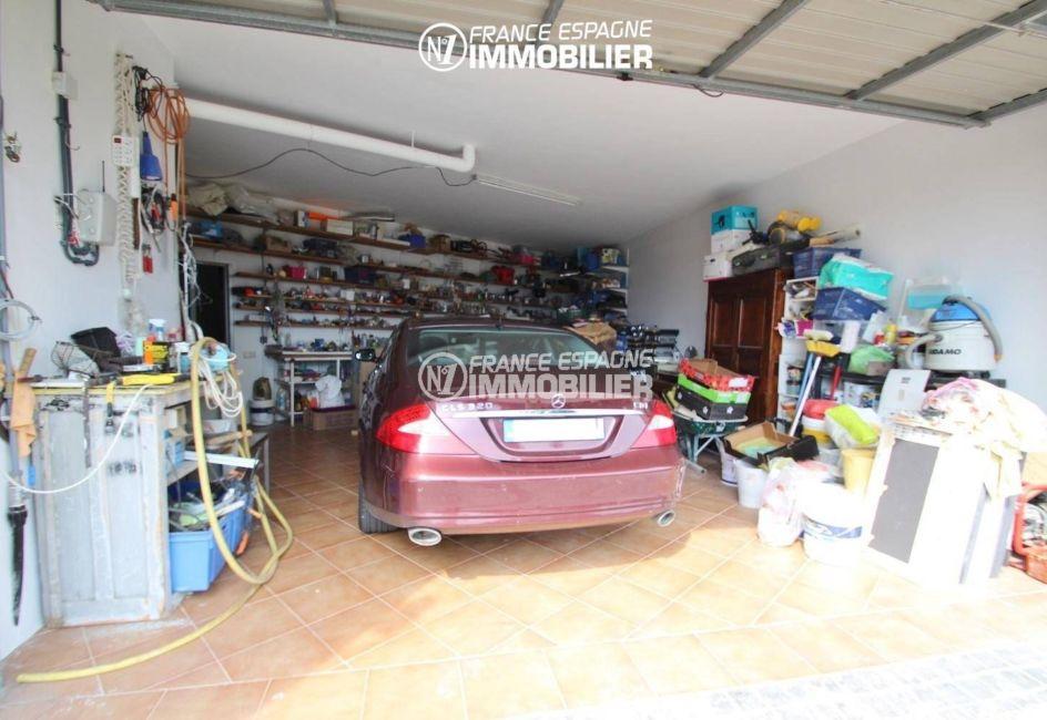 vue sur le garage avec des rangements | villa ref.3203