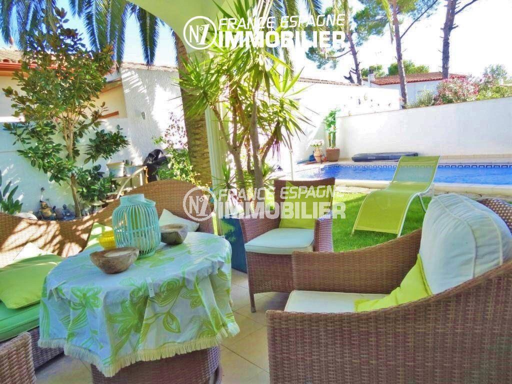 immobilier empuria brava: villa 200 m², terrasse d'été près de la piscine
