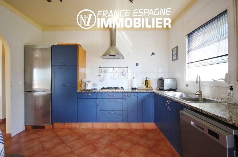 achat maison costa brava: ref.730, vue latérale de la cuisine aménagée