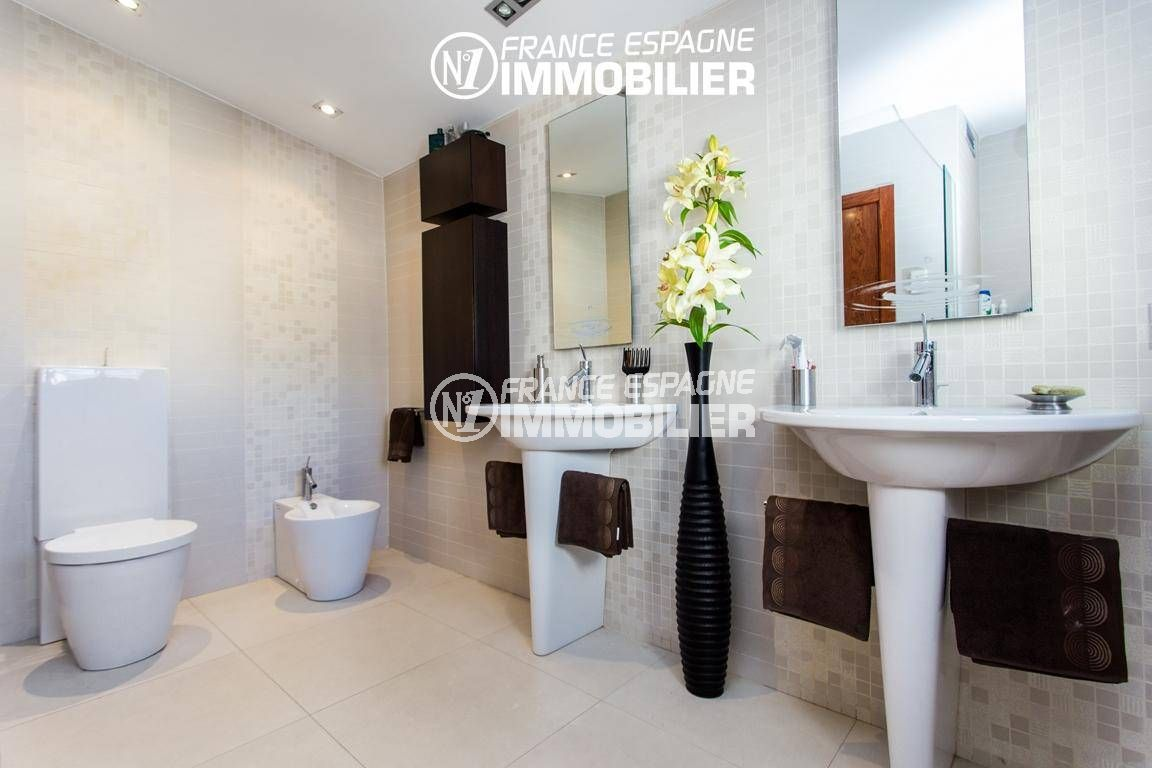 agence immobilière roses espagne: villa ref.3220, salle d'eau avec 2 lavabos, wc / bidet