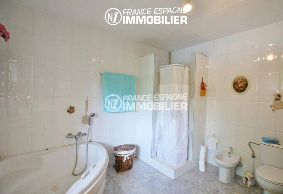 immocenter roses: villa ref.2606, salles de bains avec baignoire, douche, wc et bidet