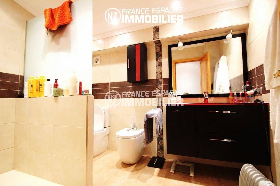 maison costa brava, ref.2772, salle d'eau avec douche, meuble vasque + wc et bidet
