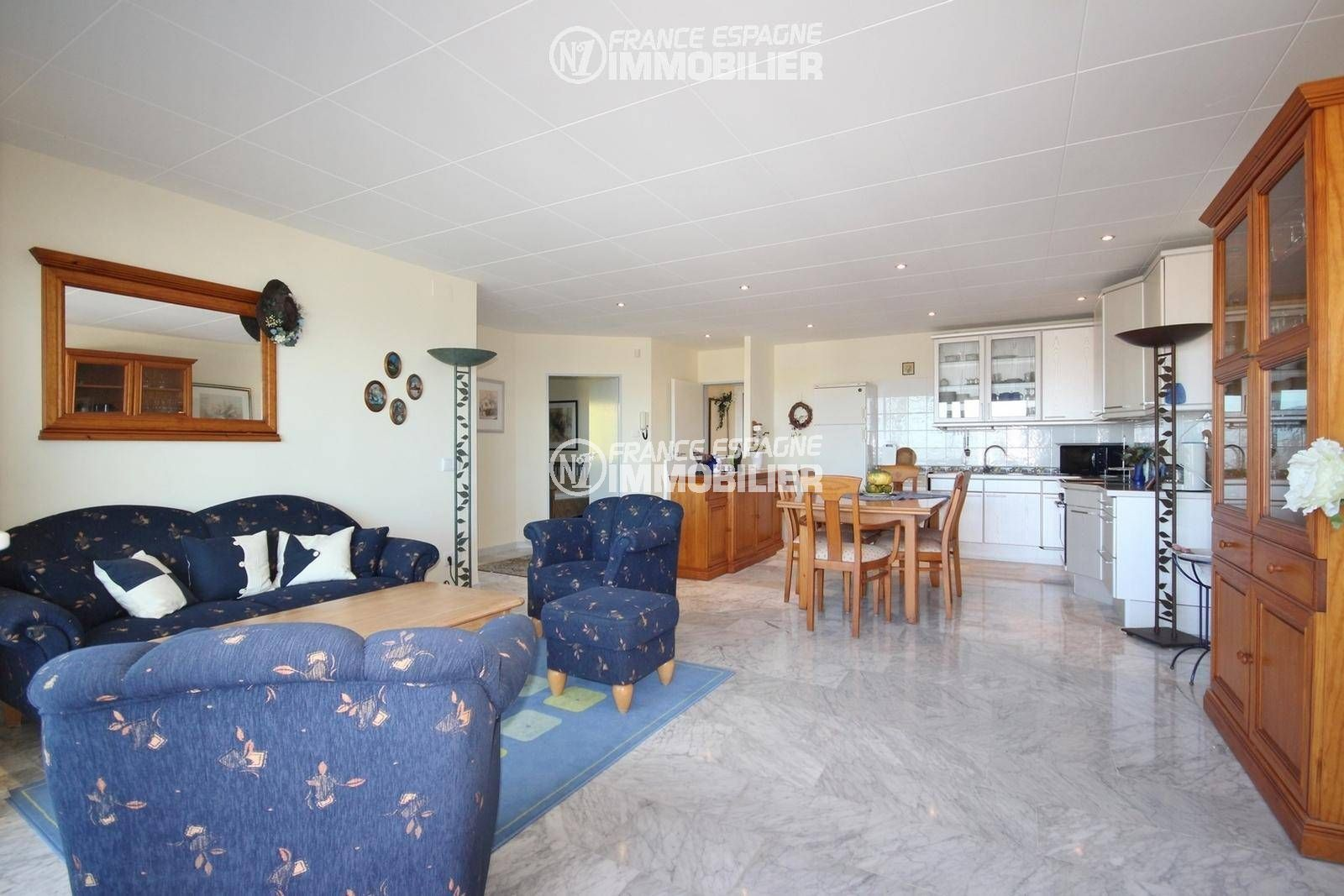 immo center roses: villa ref.3326, cuisine américaine dannant sur terrasse vue mer