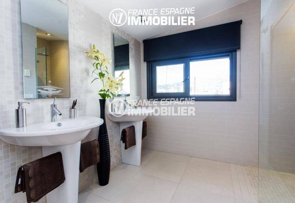 immo roses espagne: villa ref.3220, salle d'eau avec douche et deux lavabos