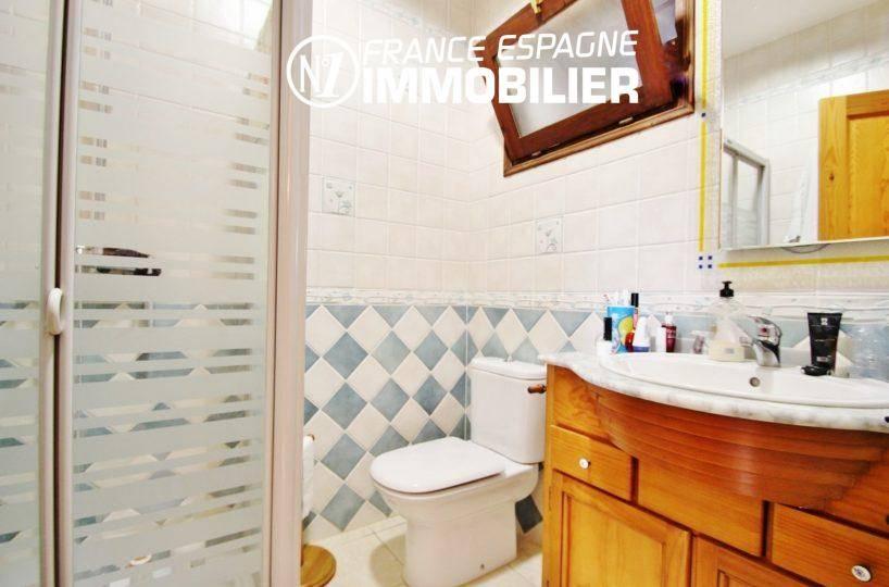 immo center rosas: villa ref.2772, salle d'eau avec cabine de douche, vasque et wc