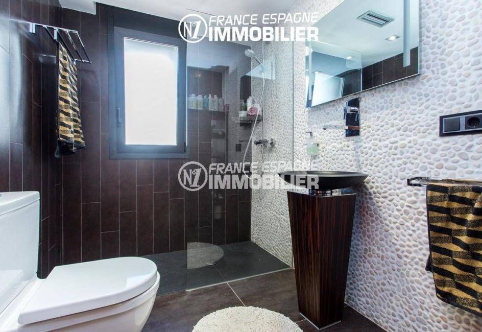 immobilier roses: villa ref.3220, salle d'eau avec lavabo et toilettes