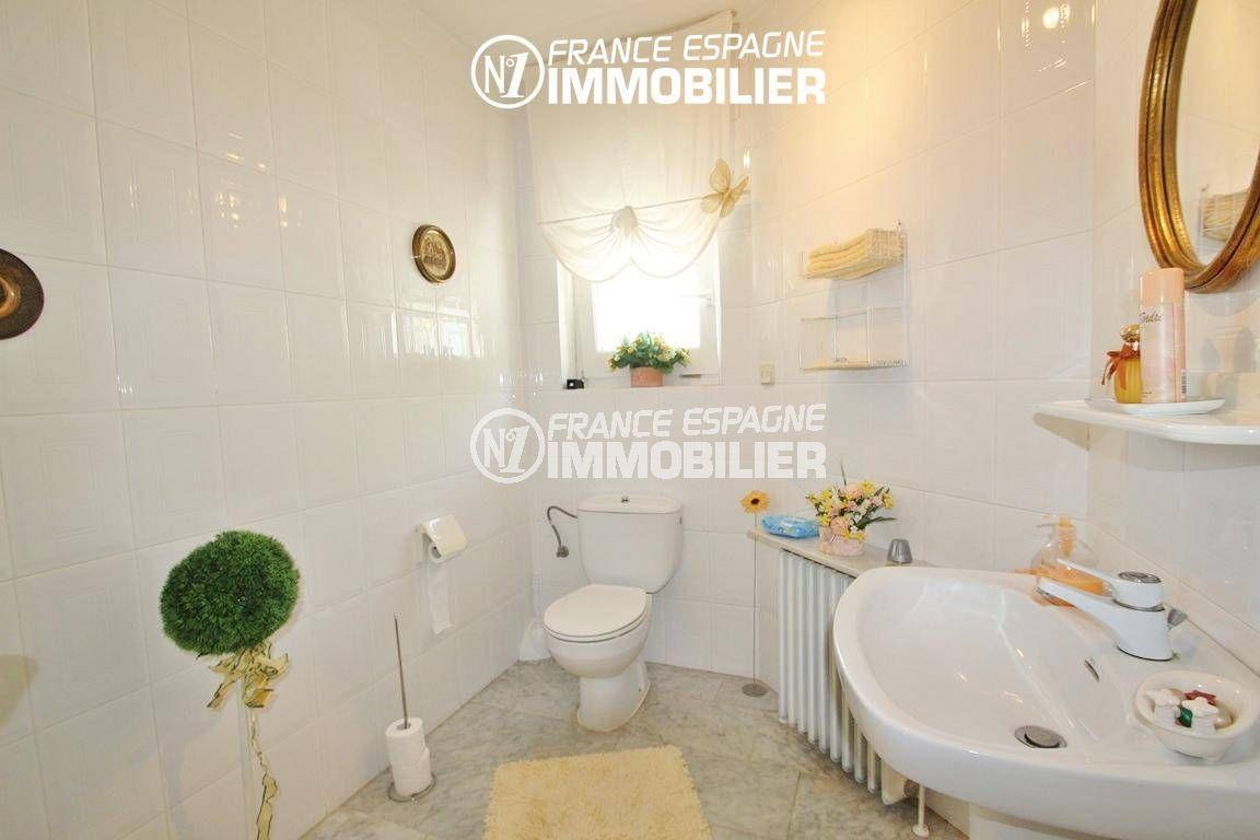 immo center rosas: villa ref.2606, salle d'eau avec lavabo et toilettes