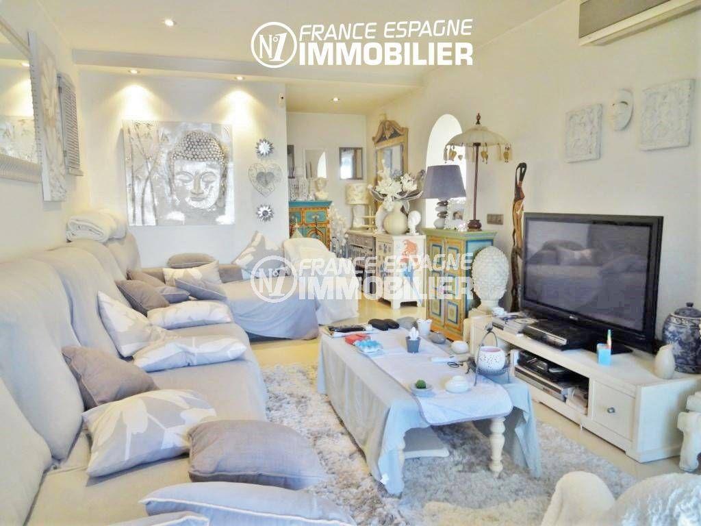 immo empuriabrava: villa 200 m², salon / séjour avec grand canapé et rangements