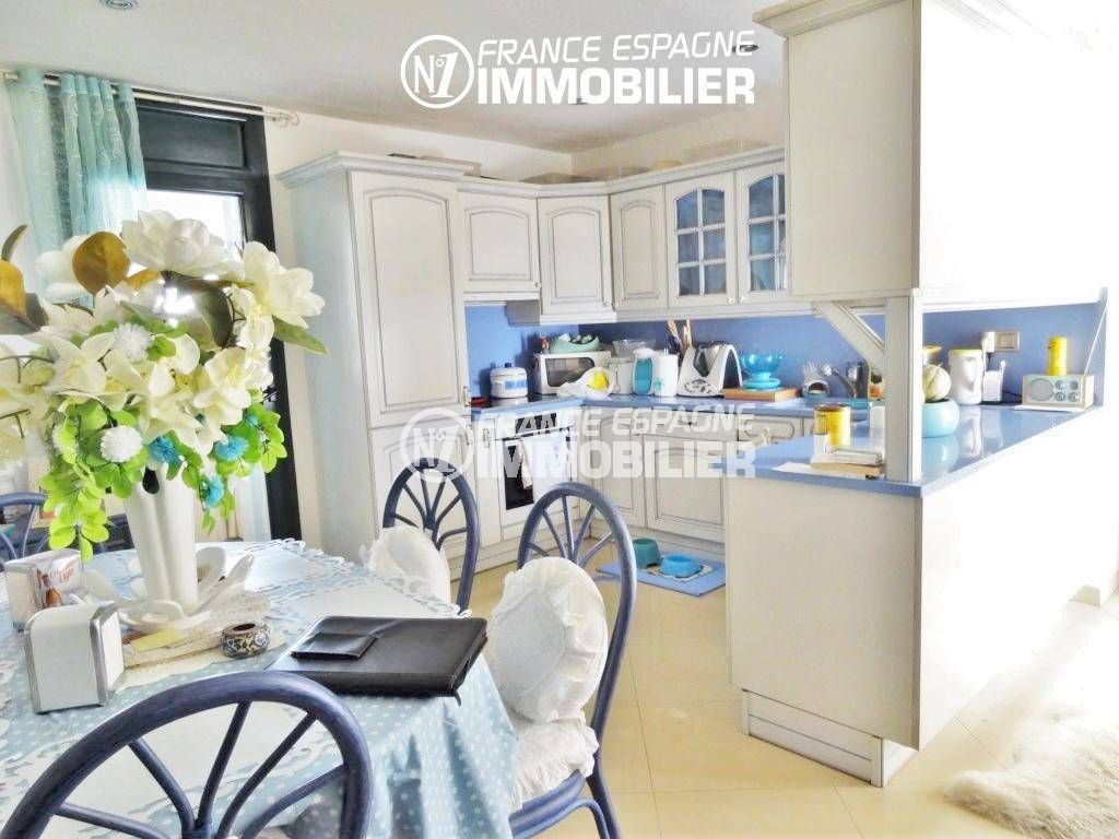 empuriabrava immobilier: villa 200 m², cuisine américaine avec coin repas accès véranda