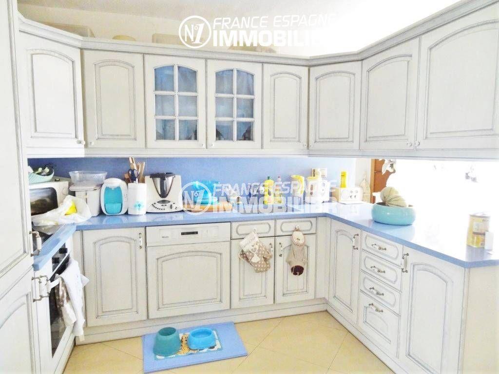 agence immobilière costa brava: villa 200 m², cuisine équipée et fonctionnelle avec rangements