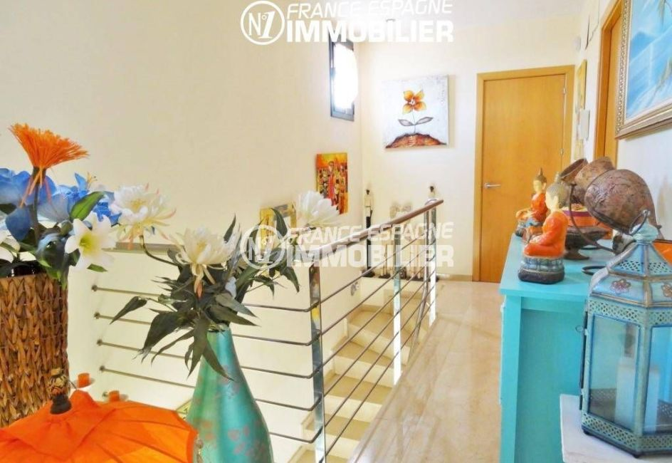 agence immobiliere costa brava: villa proche plage, aperçu de l'étage et les escaliers