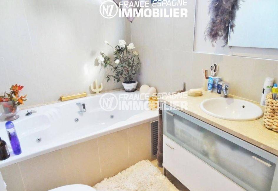 agence immobiliere empuriabrava espagne: villa 200 m², salle de bains de la suite parentale, baignoire à remous
