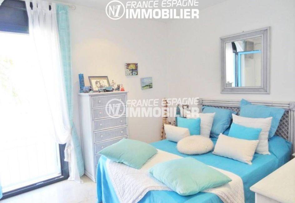 la costa brava: villa 200 m², deuxième chambre lumineuse lit double accès terrasse
