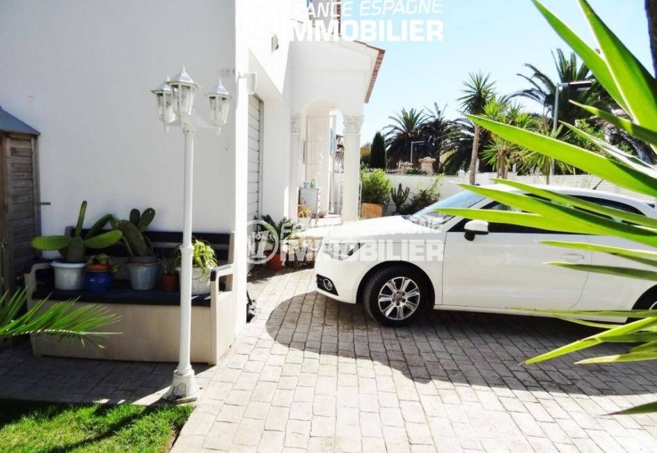 achat maison costa brava, proche plage, parking extérieur devant le garage