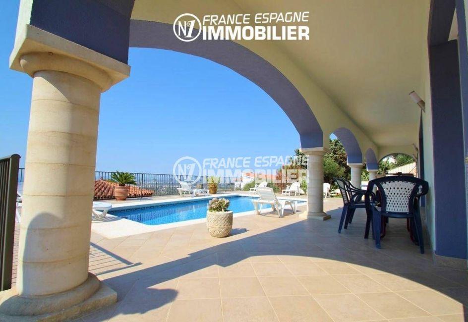 immo roses espagne: villa ref.2435, vue sur la piscine et la terrasse couverte