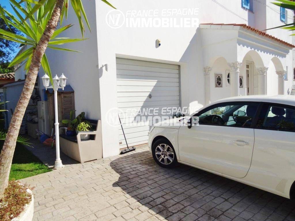 acheter maison costa brava, empuriabrava, aperçu de la façade entretenue avec garage