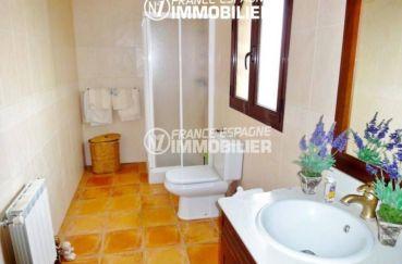 achat costa brava: villa ref.936, salle d'eau avec cabine de douche, vasque et wc