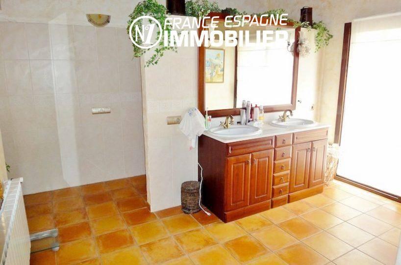 achat maison costa brava bord de mer, ref.936, salle de bains avec double vasque