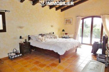 costa brava immobilier: villa ref.936, première chambre avec lit double accès terrasse