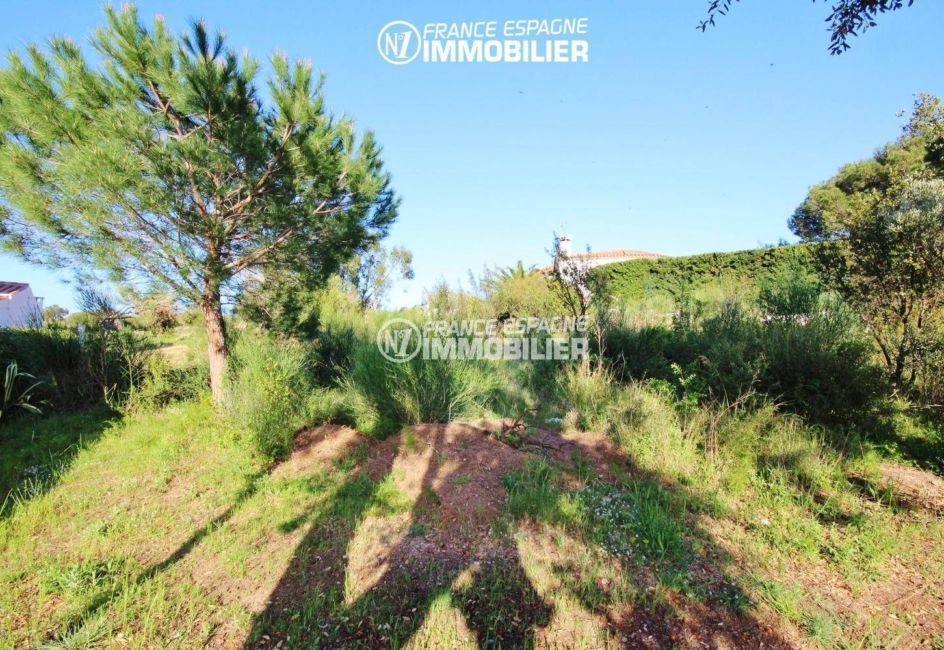 roses immobilier: terrain constructible exposition sud ouest, proche plage