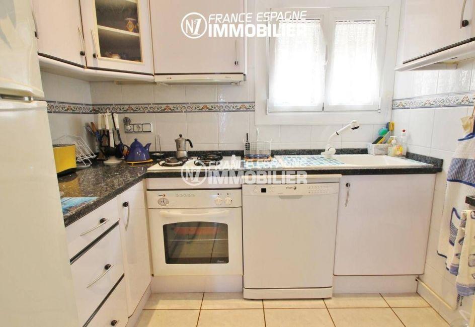 immo roses: appartement ref.3375, garage, cuisine indépendante équipée et fonctionnelle