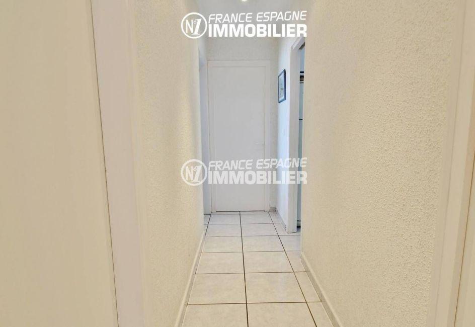 roses espagne: appartement 80 m², couloir qui dessert les autres pièces