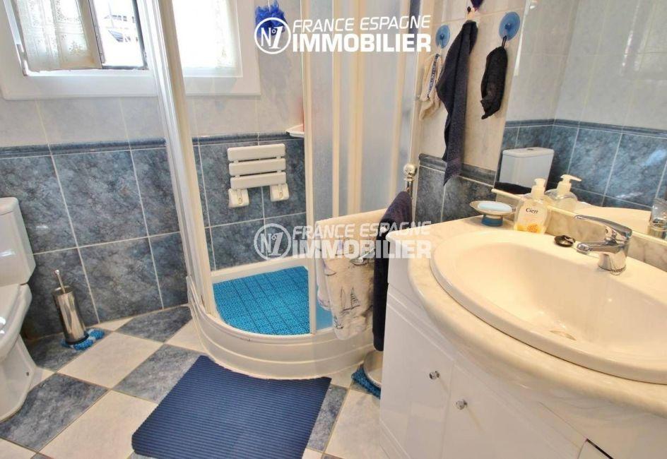 vente appartement rosas espagne, proche plage, salle d'eau avec cabine de douche, vasque et wc
