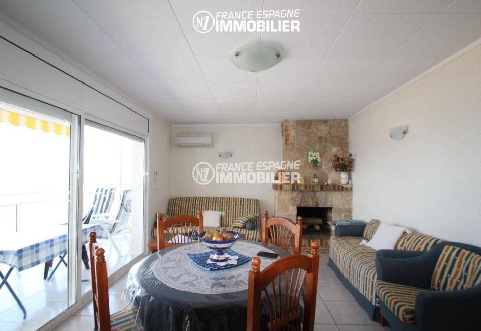 agence immobilière costa brava: appartement proche plage, salon / séjour avec vue mer depuis la terrasse