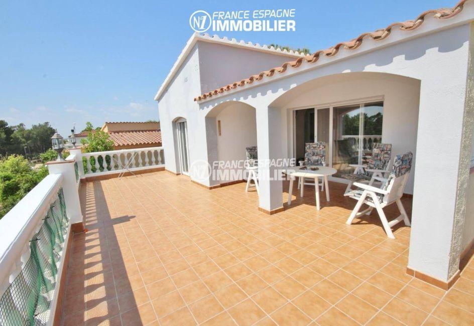 immo roses: villa ref.3402, vue sur la grande terrasse avec coin détente