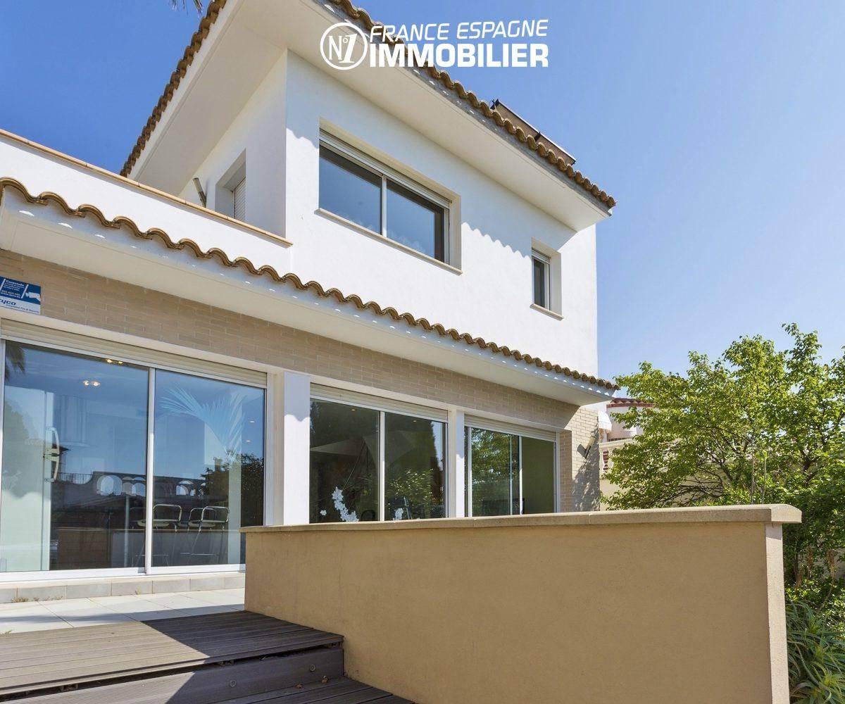 immocenter empuriabrava: villa à vendre avec piscine & amarre 14 m