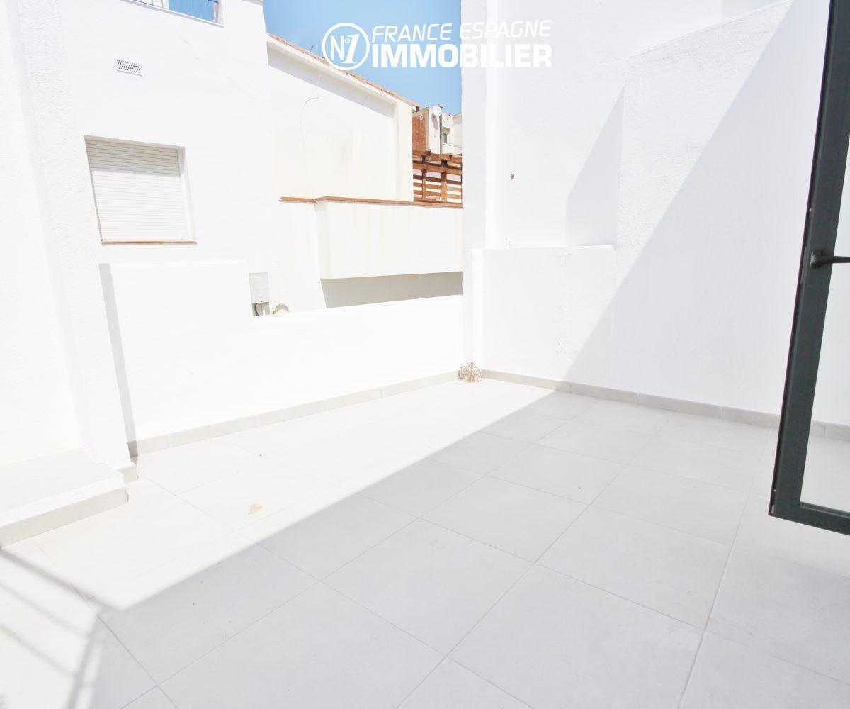 immobilier roses espagne: ref.3393, aperçu de la spacieuse terrasse avec accès au salon